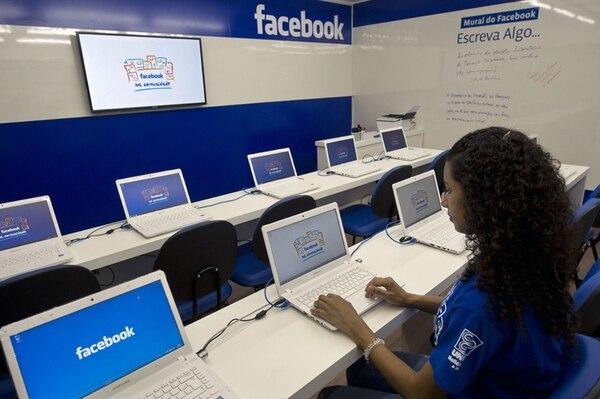 La transferencia de dinero por Facebook se habilitará primero en Estados Unidos y, en los próximos meses, en el resto del mundo.   AFP