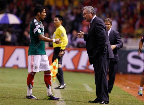 Víctor Manuel Vucetich brinda indicaciones al jugador del Tri, Javier Aquino, durante el partido ante Costa Rica del martes. | AP