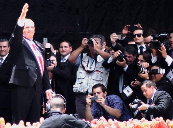 El nuevo presidente saluda a los asistentes al traspaso, mientras delegados internacionales y la prensa no pierden detalle del momento.