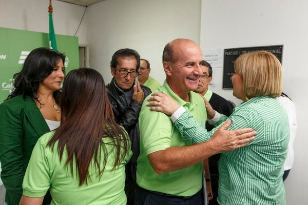 José María Figueres (der.) declinó anticipar si los resultados de las elecciones municipales le servirán para apuntalar una eventual aspiración suya a la candidatura presidencial para el 2018. | ANDRÉS ARCE