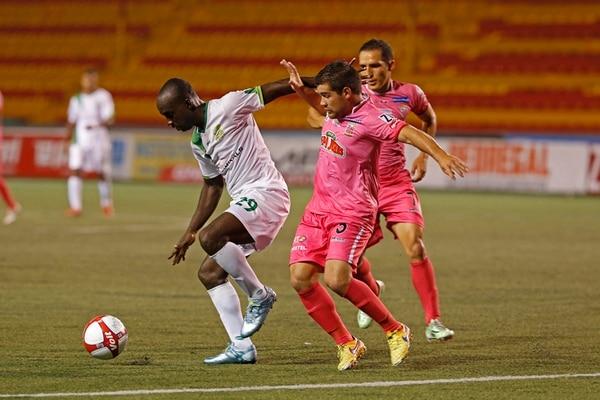 Erick Scott fue vigilado muy de cerca por el volante belemita José Daniel Varela. El ariete caribeño no tuvo ninguna opción de gol. | MAYELA LÓPEZ