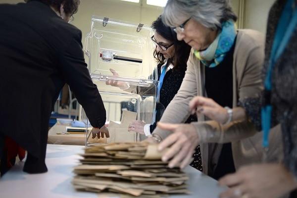 Voluntarios participan en el recuento electoral en la ciudad de Saint-Nazaire, oeste de Francia, para conocer el resultado de las eleccioens departamentales que se realizaron el domingo.