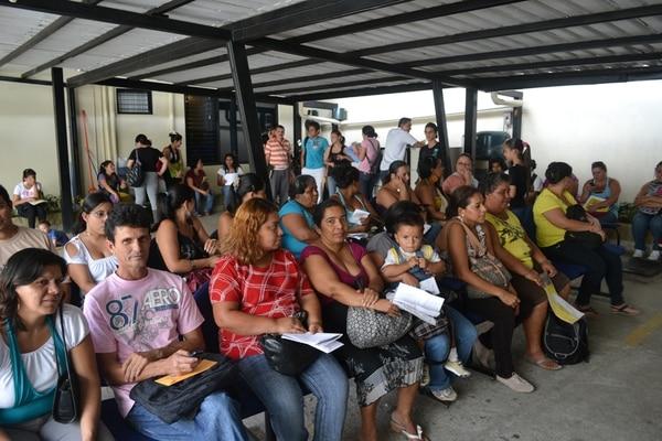 Visita de La Nación muestra fila de espera en Fonabe. | ARCHIVO.