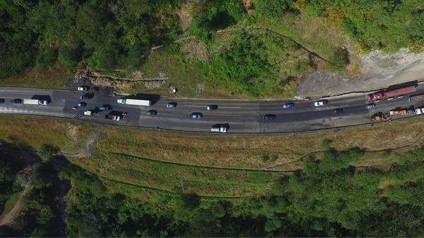 Desde el aire se puede notar las diferentes capas de asfalto que el concesionario ha colocado en el km 44 para nivelar el terreno debido a un deslizamiento.