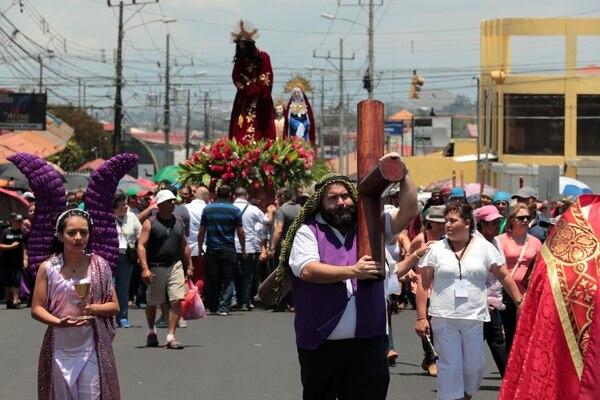 Los católicos disfrutaron de la tradicional procesión del encuentro en San Isidro de Coronado. foto Alonso Tenorio
