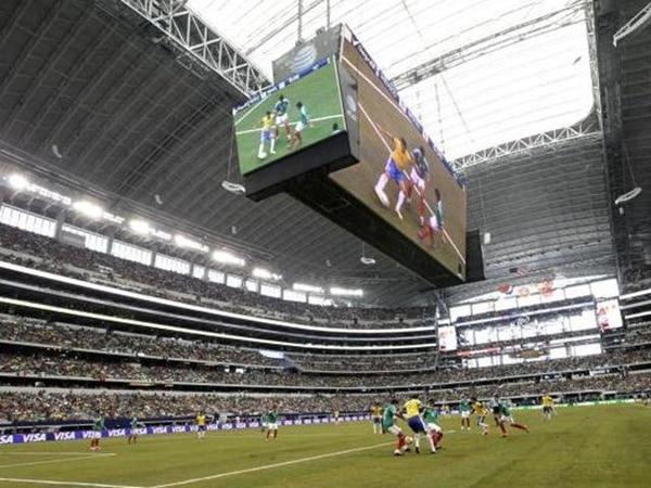 Las selecciones de México y Brasil se enfrentaron ayer en el moderno Cowboy Stadium, de Texas, ante 84.519 espectadores; la mayoría aztecas.   AP.