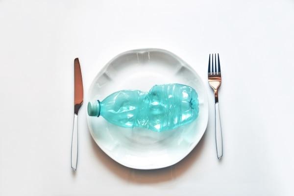 Según los investigadores, la fuente más grande de ingestión de plástico en todo el mundo es el agua, tanto embotellada como del grifo. Shutterstock