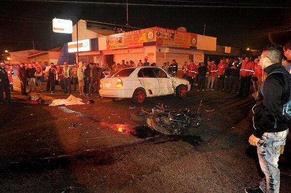 El cuerpo del motociclista quedó en medio de una cuneta, luego del violento choque.