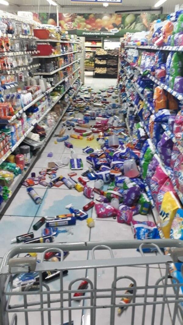 Temblor dejó productos en el suelo en el supermercado BM, en Agua Buena de Coto Brus. Gustavo Araya Mena