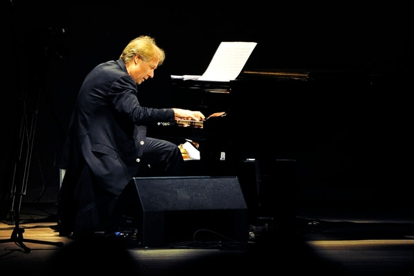 El mejor aliado del pianista francés son las pistas sintéticas pregrabadas.
