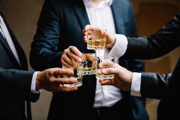Los verdaderos amantes del whisky sienten fascinación por hablar sobre todos los detalles de esta bebida. Únase a la conversación. Shutterstock