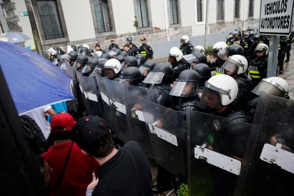 Los policías antimotines quedaron como único obstáculo cuando los manifestantes quitaron las barreras. Foto: Alejandro Gamboa.