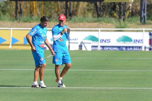 Marcelo Herrera (derecha) conversó ayer con su asistente Cristian Salomón, durante el entrenamiento de la Sub-20.