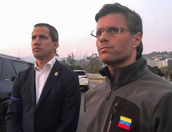 Caracas, 30 de abril 2019. Juan Guaidó y Leopoldo López desafían a Nicolás Maduro acompañados por militares que se alían a su causa. Foto: AFP vía Twitter.