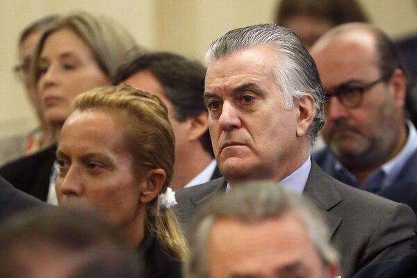 En esta foto de archivo tomada el 4 de octubre de 2016, el extesorero del partido político gobernante Partido Popular (PP) de España, Luis Barcenas, observa durante el juicio de Gurtel en San Fernando de Henares, cerca de Madrid.