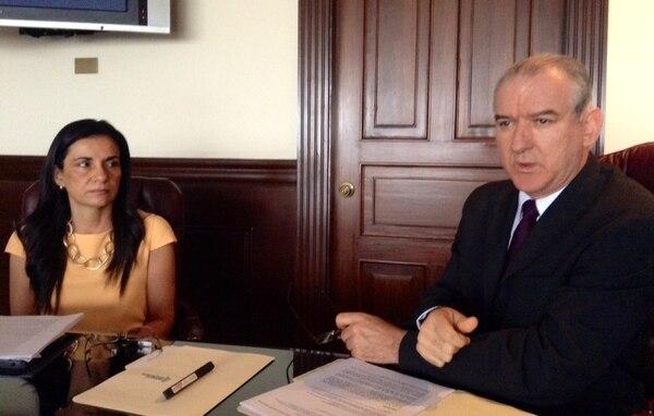 Marietta Herrera, directora Legal del banco, y Juan Carlos Corrales, subgerente del Banco Nacional.