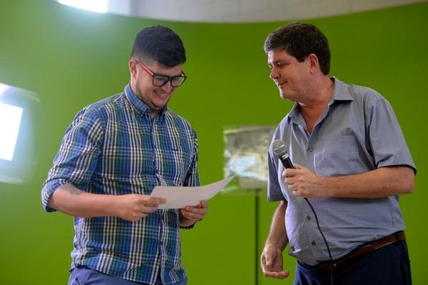 Gustavo Arias recibió un premio a la innovación periodística el año anterior por su labor en #NoComaCuento de parte de Armando González, director de La Nación. Foto de Diana Méndez Arias.