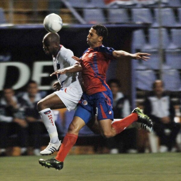 Álvaro Saborío batalló con el haitiano Judelin Aveska en la ruta a Sudáfrica 2010. | ARCHIVO
