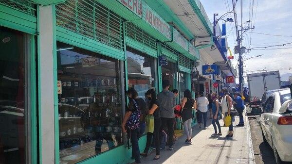 Fila para ingresar a la Súper Despensa, en la Avenida del Comercio en Cartago, este sábado a la 1 p. m. Foto: Sofía Chinchilla.