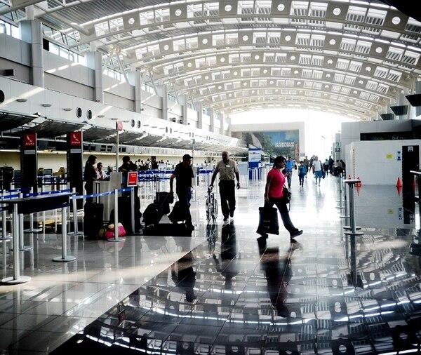 El paso de pasajeros por aeropuertos, como el Juan Santamaría, en Alajuela, carece de vigilancia sanitaria. Esta es una gran carencia frente a virus como el ébola. | MARCELA BERTOZZI