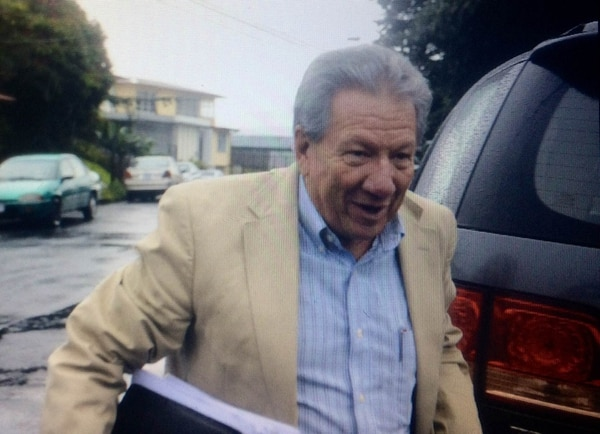 Rodrigo Alberto Carazo a su llegada a la sede del PAC en barrio La Granja, en Montes de Oca.