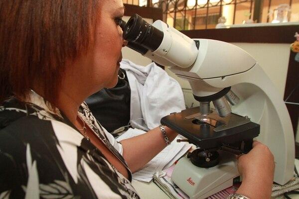 Microbiólogos analizan las citologías en busca de lesiones precancerosas en el cuello de útero.