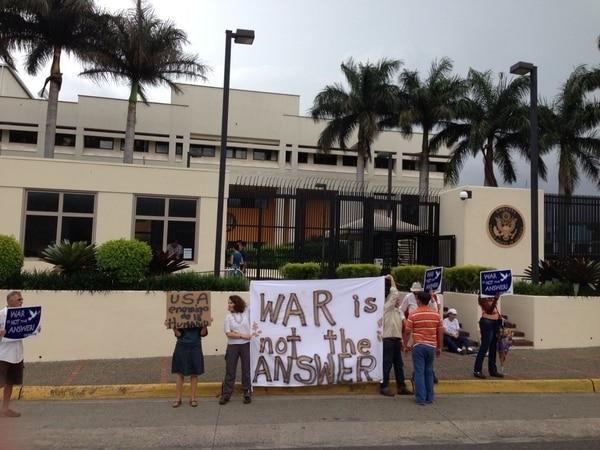 Un grupo de personas se congregaron frente a la embajada de Estados Unidos con pancartas con leyendas como 'La guerra no es la respuesta'