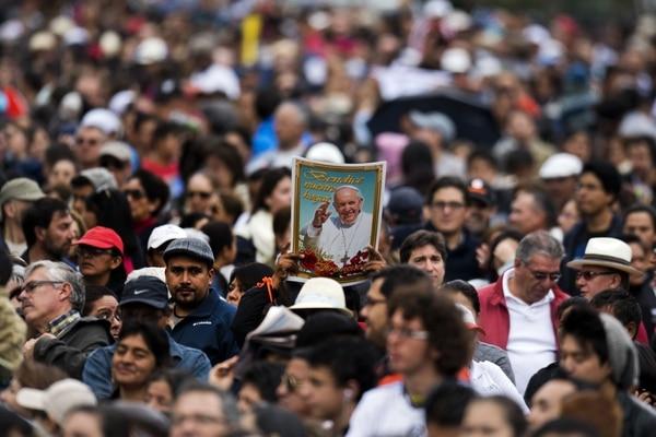El papa Francisco saludó a los ecuatorianos en un trayecto de ocho kilómetros hacia la sede de la nunciatura donde pasará su primera noche, en Ecuador.