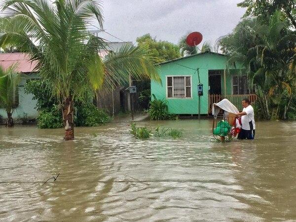 Varias comunidades amanecieron anegadas luego de que lloviera intensamente desde el sábado en la tarde. Foto: Raúl Cascante.
