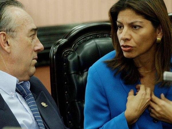 Como diputada, Laura Chinchilla promovió el uso de software libre. En la imagen, junto a Álvaro González cuando ambos eran congresistas. | ARCHIVO.