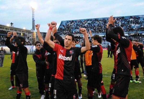 Los jugadores de Newells Old Boys, encabezados por Maxi Rodríguez, celebran el triunfo de 3-0 ante Atlético de Rafaela en el fútbol argentino. | AFP