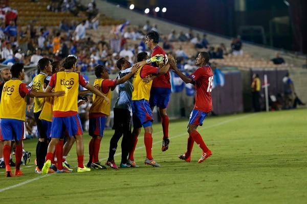 Bryan Ruiz y Roy Miller (derecha) celebran con los jugadores suplentes el primer gol de Costa Rica ante Guatemala, ayer en el Memorial Coliseum de Los Ángeles. | MAYELA LÓPEZ