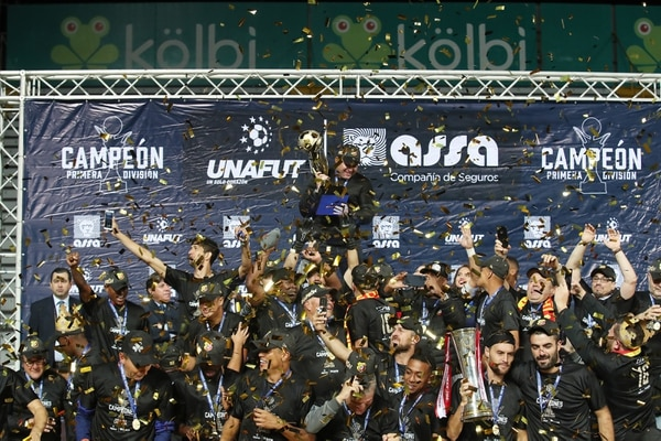 Herediano levantó el trofeo de campeón en el Estadio Ricardo Saprissa./ Fotografía: John Durán