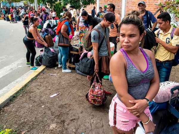 Migrantes venezolanos esperaban turno para obtener una solicitud de refugio en una oficina de migración en la ciudad de Tumbes, Perú, el 14 de junio del 2019.