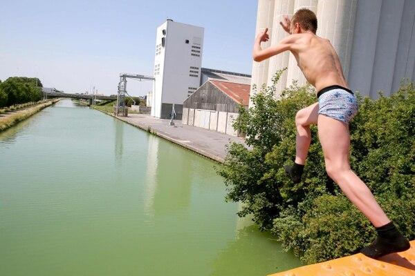 Un joven se lanzó a un canal, cerca de la ciudad francesa de Reims, para refrescarse mientras el calor aumentaba.