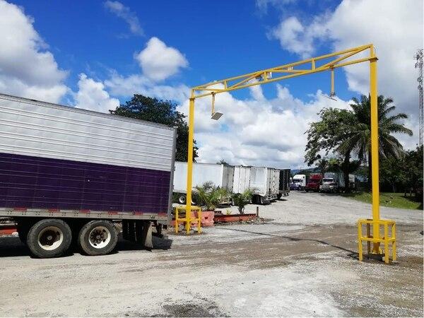 La colocación de etiquetas en camiones que transportan contenedores, así como sistemas de escáner en pasos fronterizos permitirán a Aduanas tener mayor control del movimiento de contenedores. Foto: Ministerio de Hacienda.