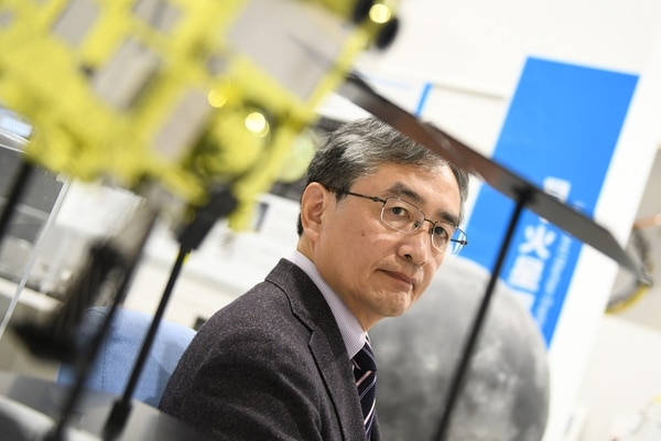 El japonés Makoto Yoshikawa lidera una misión que busca analizar fragmentos de asteroides. Fotografía: Noriko Hayashi para la revista Nature