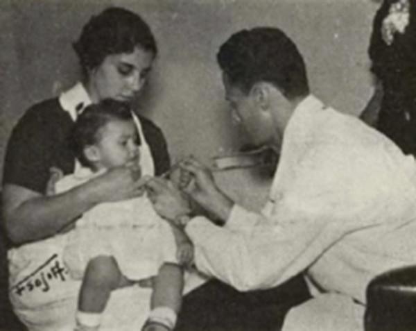 El Dr. Rodrigo Jiménez, director del Departamento de Epidemiología, aplica las primeras vacunas contra la poliomielitis a niños costarricenses. Esta imagen se publicó en la Memoria de Salud de 1956. Foto: Cortesía Ana Paulina Malavassi.
