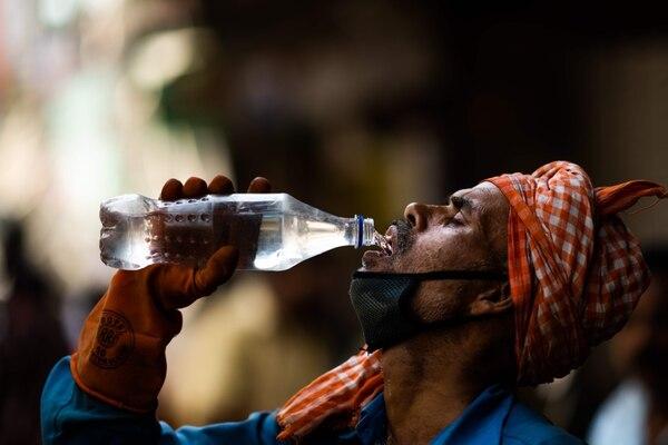 Un trabajador saciaba la sed con agua en Nueva Delhi, el miércoles 27 de mayo del 2020. La capital sufre temperaturas de hasta 50 °C.
