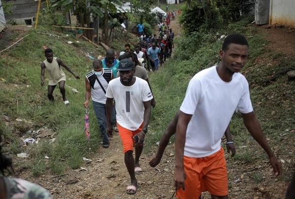 Migrantes se desplazaban por un camino lodoso en La Peñita, Darién, Panamá. AFP