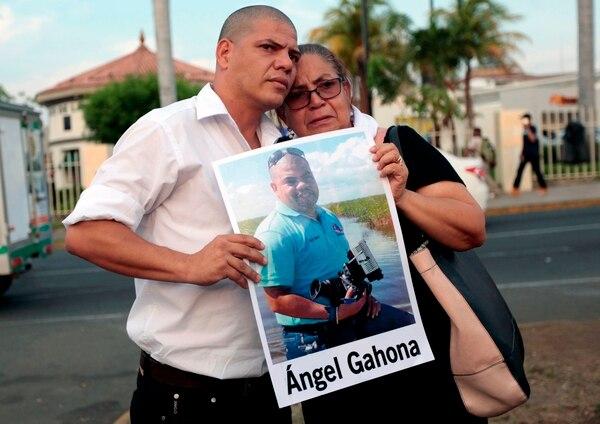 La madre y el hermano del periodista Ángel Gahona participaron el 10 de mayo del 2018 en una manifestación en Managua. El reportero falleció en las protestas el 21 de abril en la ciudad caribeña de Bluefields. Foto: AFP
