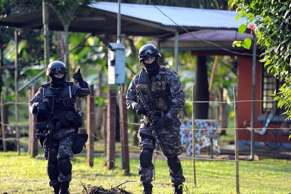 En el operativo de este jueves para detener a los sospechosos, participaron 240 oficiales del OIJ, dos aeronaves y ocho lanchas rápidas. | ALONSO TENORIO.