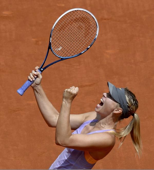 La rusa Maria Sharapova celebra superar a la polaca Agnieszka Radwanska.