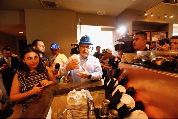 Juan Diego Castro empezó su día en Starbucks, en Plaza Freses. Foto: Albert Marín.