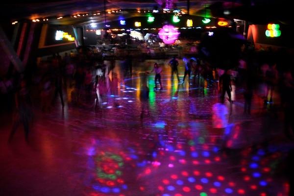 En el salón de patines Music, la música y las luces de color se combinan para amenizar las tandas.   GESLINE ANRANGO