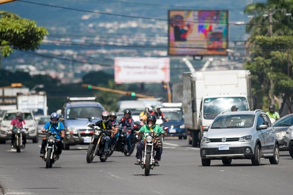 Los carros particulares y las motos son el 80% de los 1,3 millones de vehículos que deben pagar el derecho de circulación a partir de este lunes y hasta el 31 de diciembre próximo sin multa.   JOSÉ CORDERO