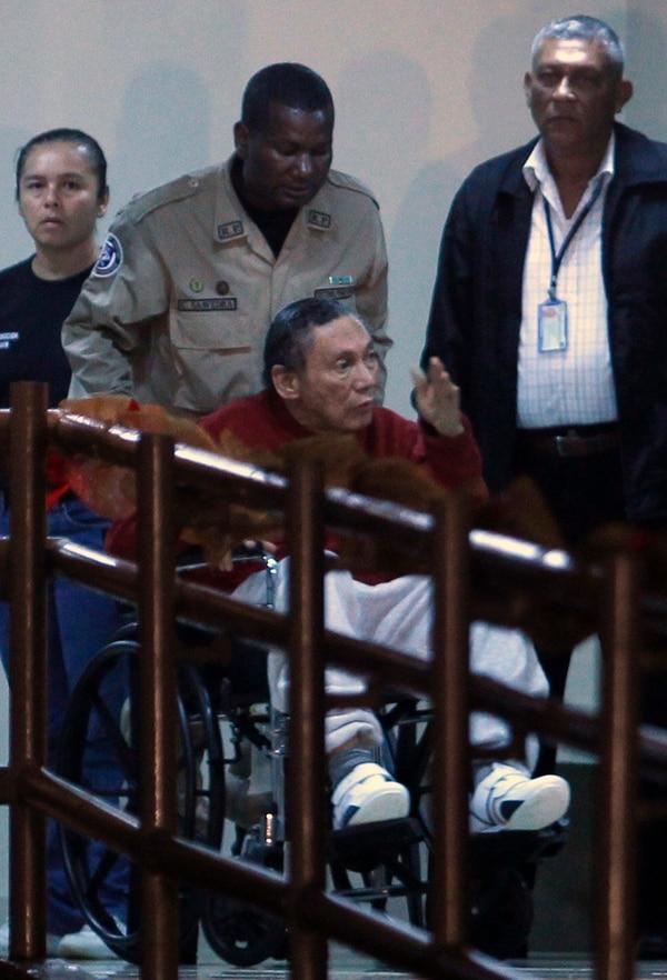El exdictador panameño, Manuel Noriega, fue trasladado en junio del 2015 en una silla de ruedas por oficiales de la Policía dentro de la prisión El Renacer, en las afueras de la Ciudad de Panamá.