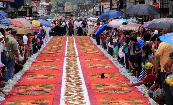 Toda la comunidad de Cartago colabora en los preparativos de la pasada de la Virgen de Los Ángeles y se une para celebrar esta tradicional actividad.