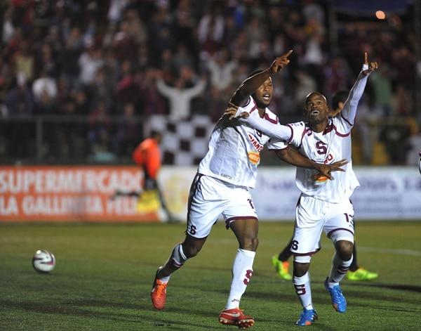 Kendall Waston (izquierda) y el panameño Adolfo Machado compiten por celebrar con más ahínco el primer gol de Saprissa en Coronado.   MANUEL VEGA