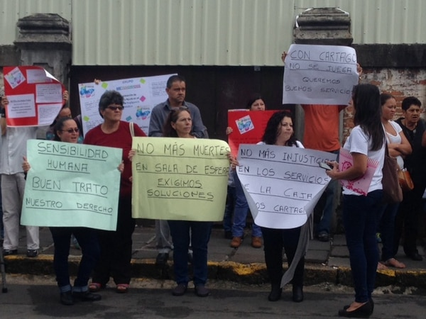 Decenas de cartagineses protestan este lunes afuera del Hospital Max Peralta por maltrato en sala de emergencias.